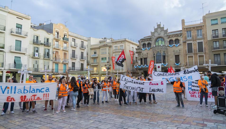 La plantilla concentrada al Mercadal amb pancartes de «l'Ajuntament premia la precarietat».