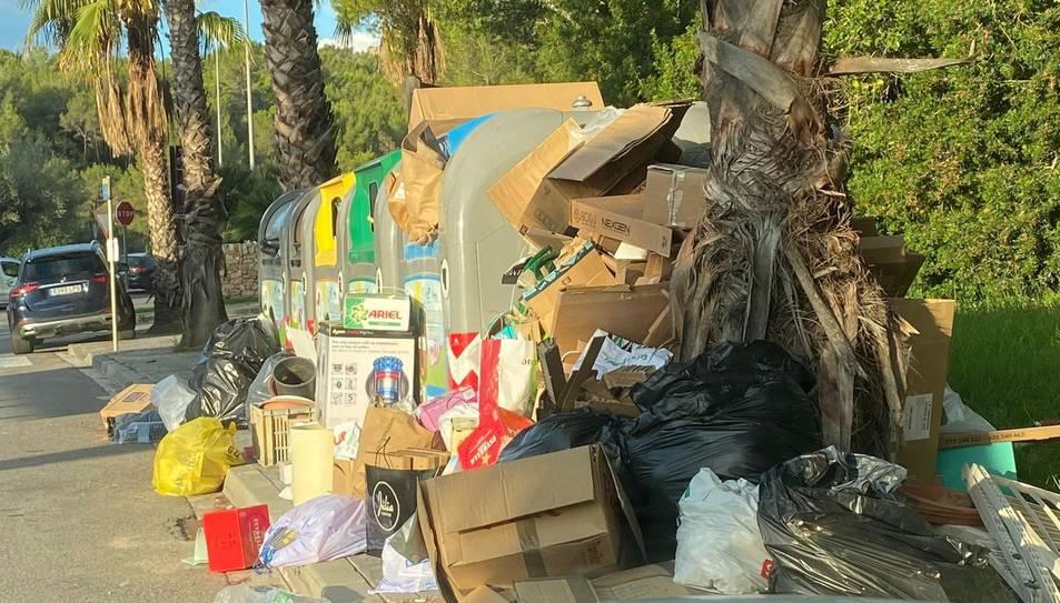 Una illa de contenidors plena de brossa mostra la mala imatge que ofereix Parc de Llevant.