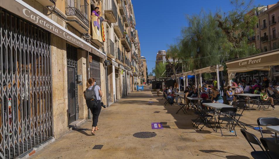 Imatge dels establiments de la plaça de la Font tancats.