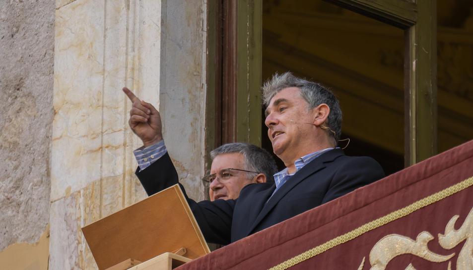 Àngel Òdena va fer el pregó des del balcó de l'Ajuntament, on va encetar una tronada eixordadora que va emocionar els presents.