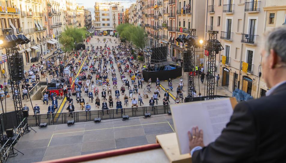 El pregó es va fer amb públic assegut en cadires a la plaça de la Font que, a diferència de l'any passat, no va tenir tants seients buits.