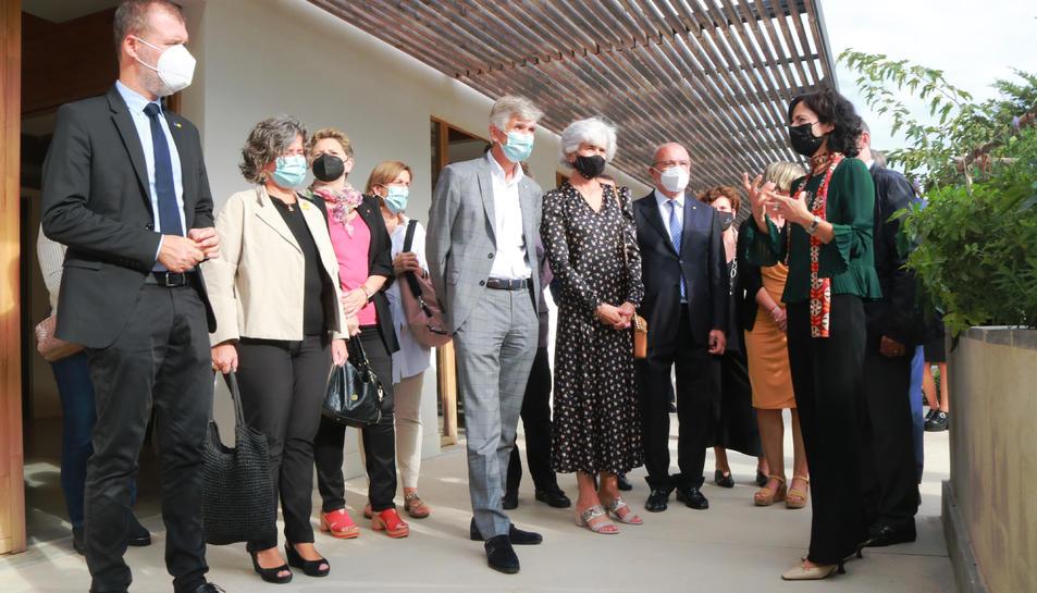 El conseller de Salut, Josep M. Argimon i la resta d'autoritats durant la visita al Centre Terapèutic per a l'Alzheimer i la Unitat de la Memòria de Reus.