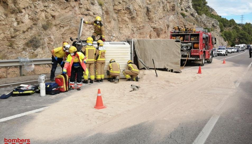 Els Bombers han rescatat el conductor del camió.