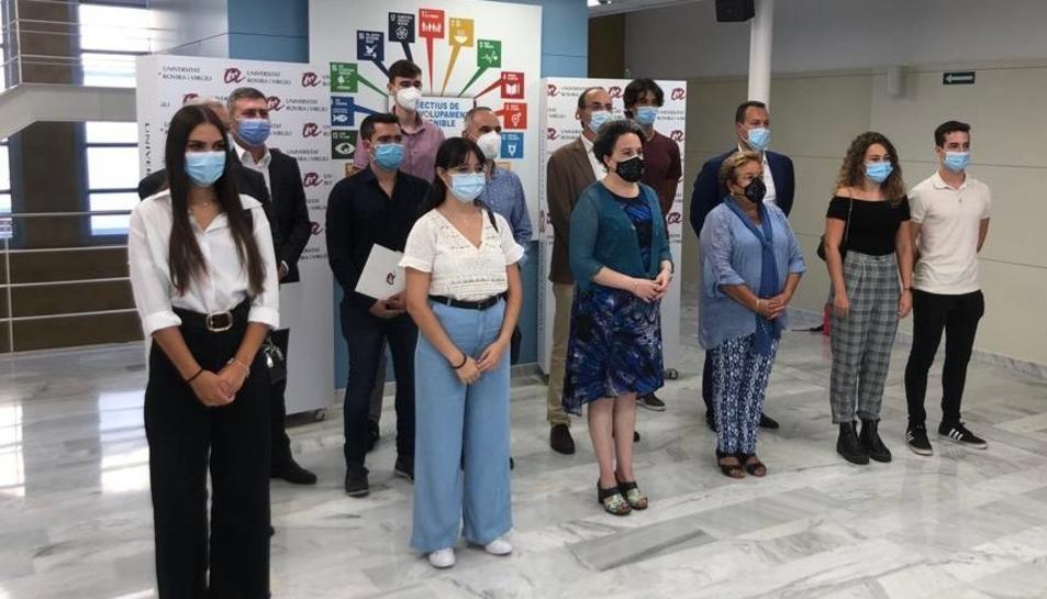 Imatge dels i les sis estudiants, amb la rectora de la URV, la degana de la Facultat de Química i representants de les sis empreses participants.