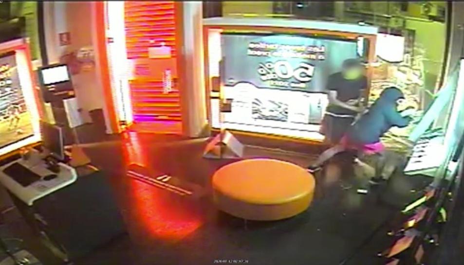 Imatge de les càmeres de seguretat d'un dels establiments on van robar.