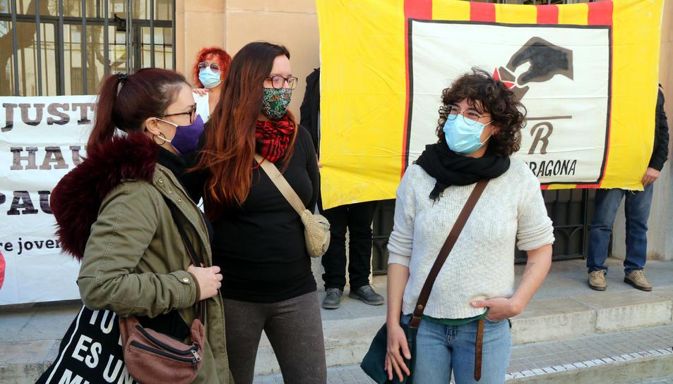 Pla americà de Sara Estalella (dreta), encausada per la vaga general del 21-F de 2019 a Tarragona, davant els jutjats.