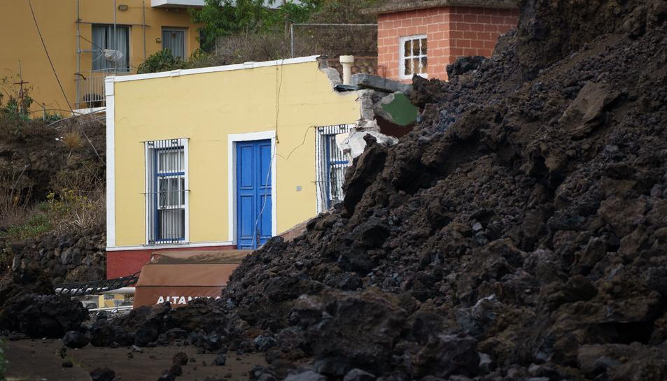 Una de les cases afectades pel volcà.