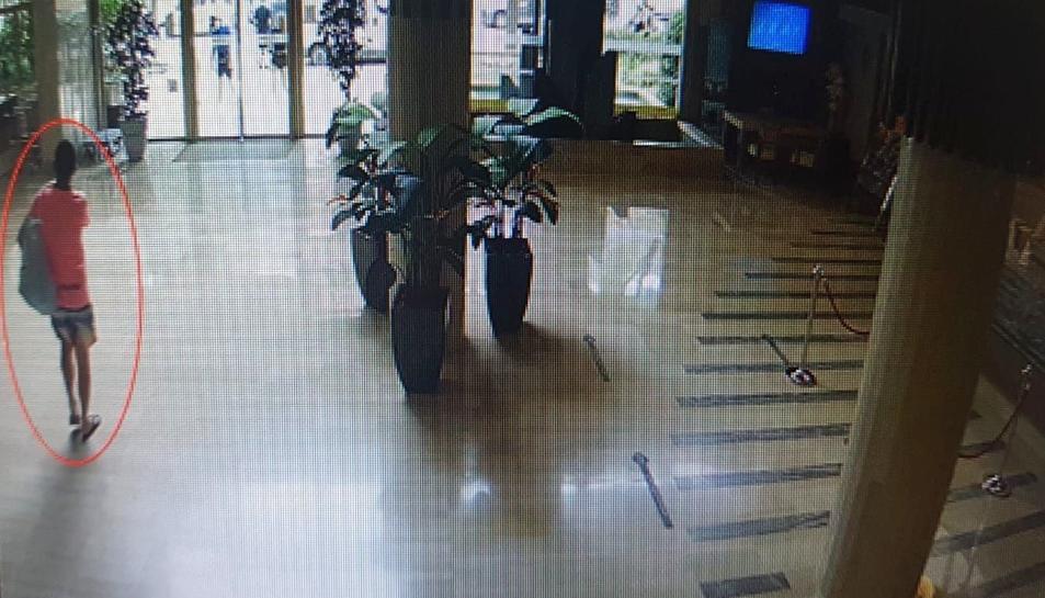 Imatge de les càmeres de seguretat on es veu el detingut.