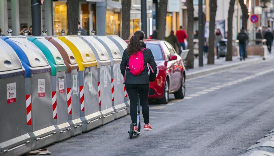 Imatge d'un patinet circulant pel carrer Canyelles, al centre de la ciutat de Tarragona.