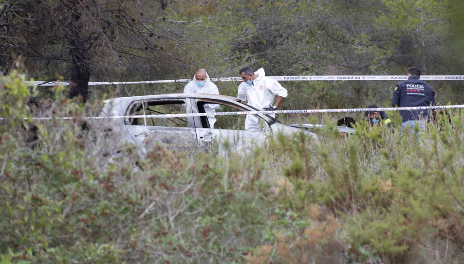 Pla general del Mossos examinant el vehicle.