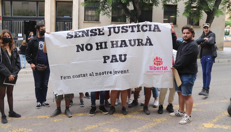 Pla obert dels concentrats davant dels jutjats de Tarragona.