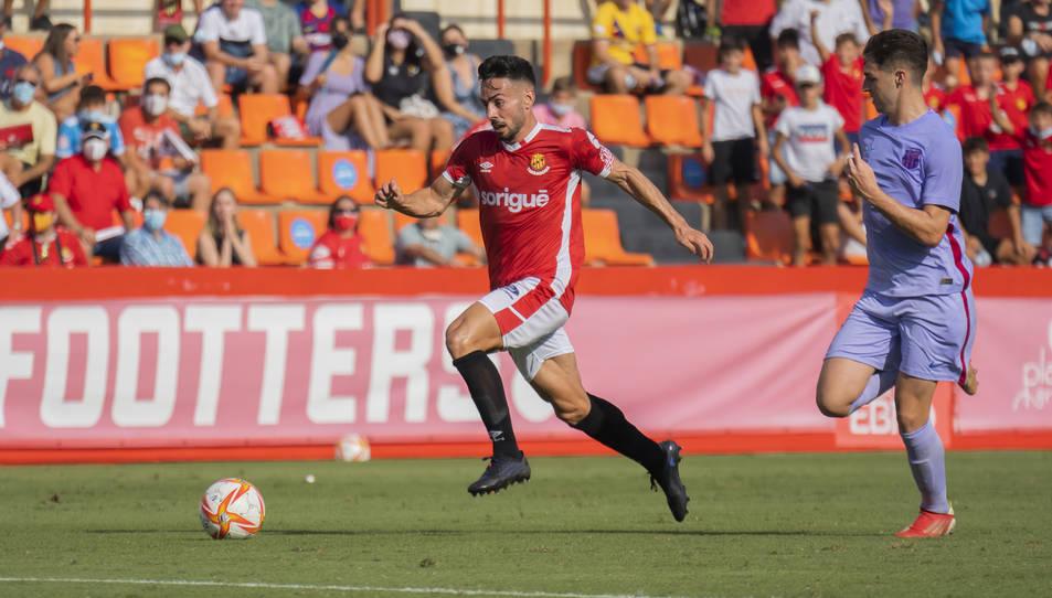 Robert Simón recorre la banda dreta en el transcurs del partit que el Nàstic ha disputat aquesta temporada al Nou Estadi contra el Barcelona B (1-0).