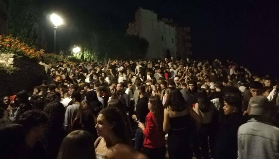 El botellot que es va fer al passeig de Sant Antoni va ser el més multitudinari i va arribar a aplegar centenars de persones.