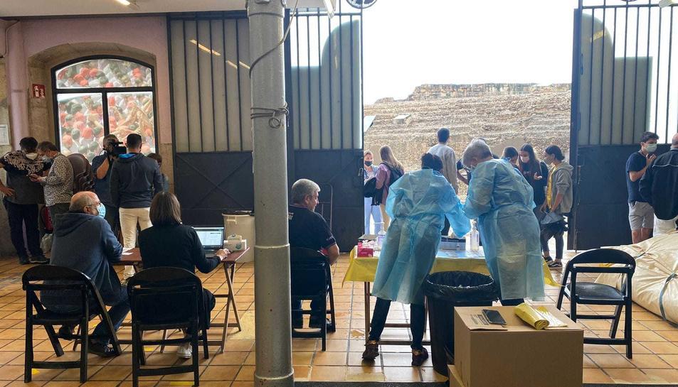 Imatge dels sanitaris fent els tests al local de la Colla Jove.