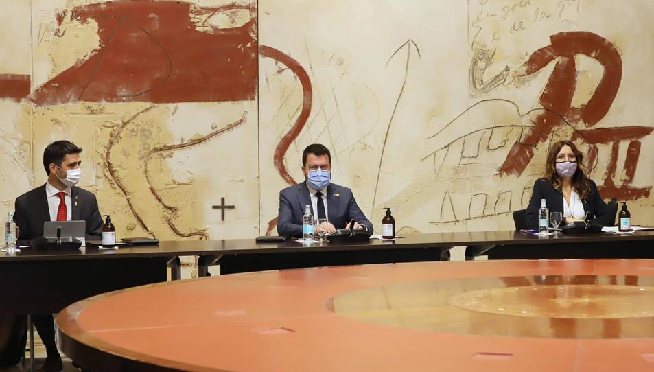 El president de la Generalitat, Pere Aragonès, assegut al Consell Executiu amb el vicepresident, Jordi Puigneró, i la consellera Laura Vilagrà a cada banda el 21 de setembre del 2021