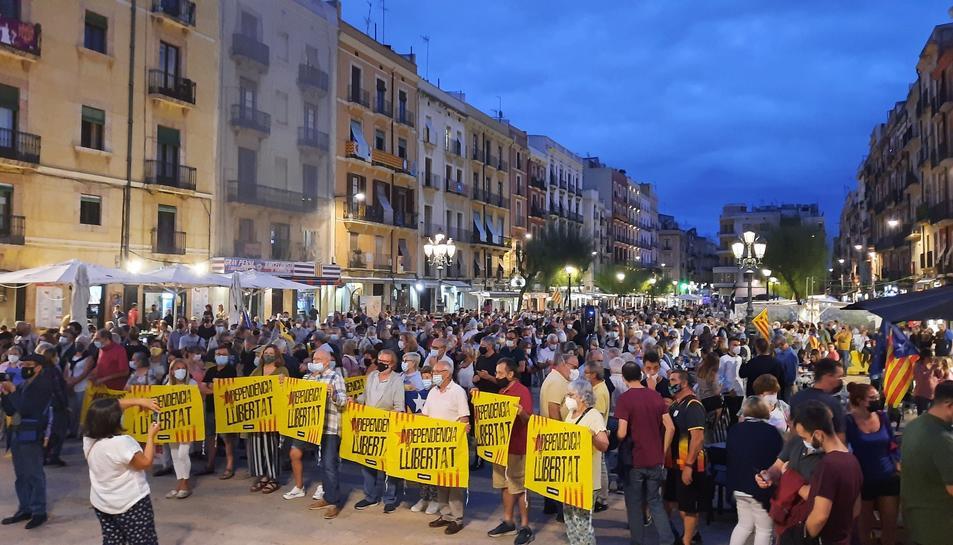 Centenars de persones manifestant-se a la Plaça de la Font.