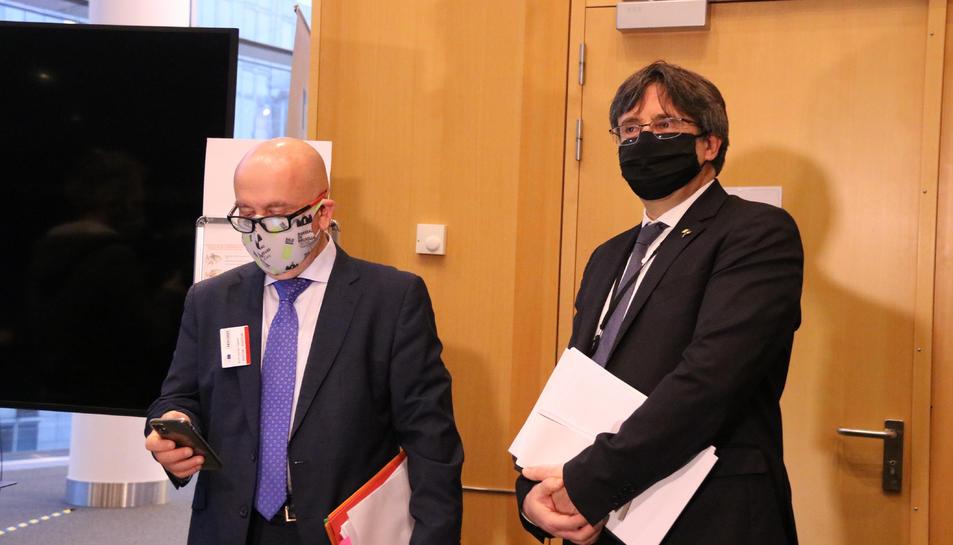 L'eurodiputat Carles Puigdemont i el seu advocat, Gonzalo Boye, a l'entrada de la vista pel suplicatori