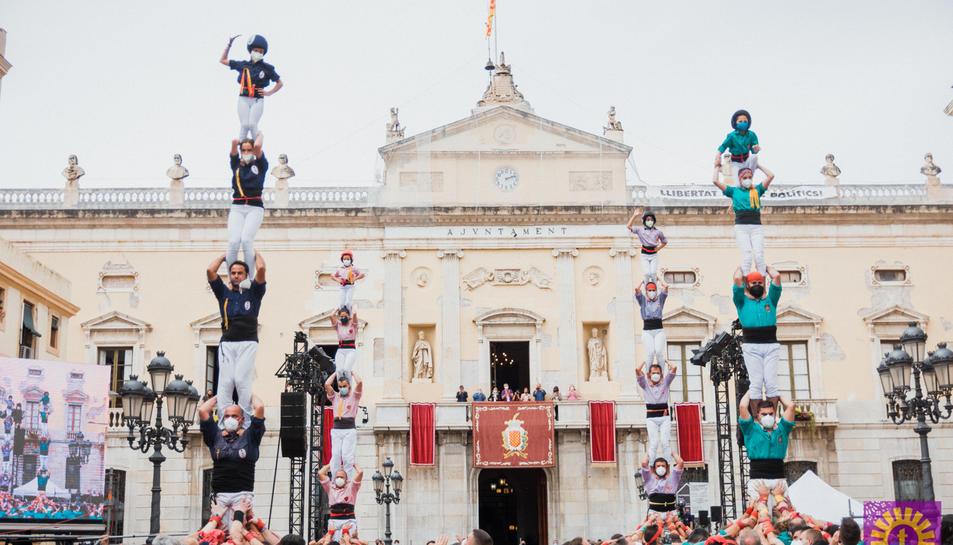 Imatge de la jornada castellera a la plaça de la Font.