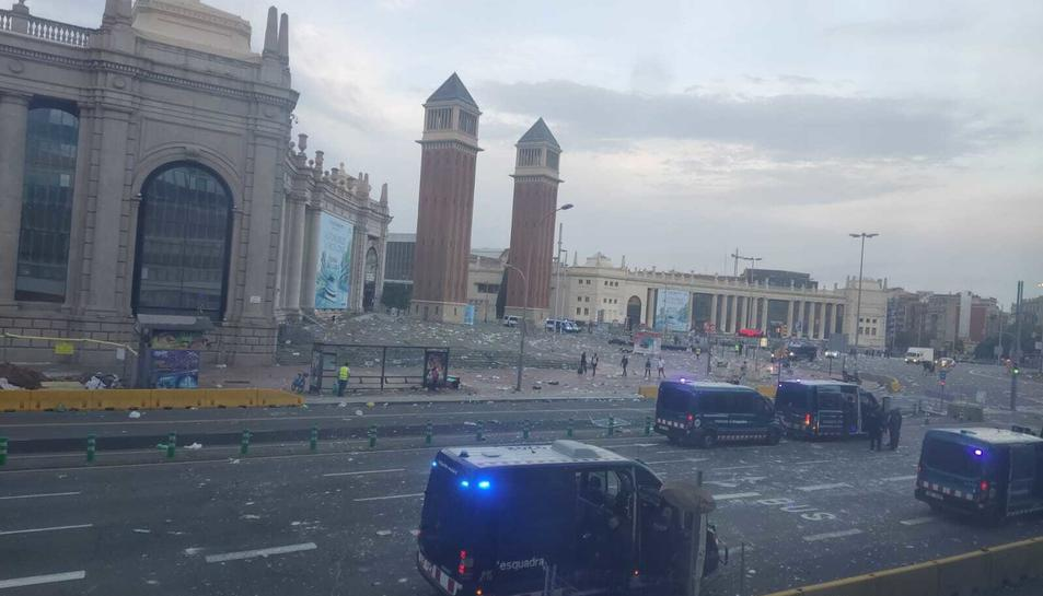 Imatge de la plaça Espanya després del macrobotellot.