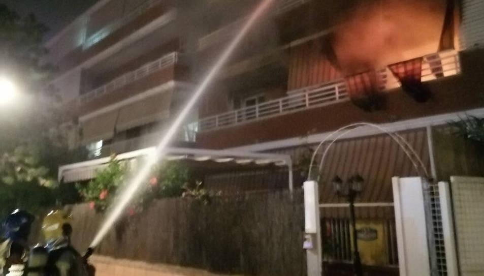 Desallotgen un edifici per un incendi que ha consumit un habitatge a Vila-seca