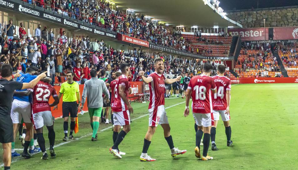 Els jugadors grana celebrant el gol d'Edgar Hernández que servia per donar la volta al marcador.