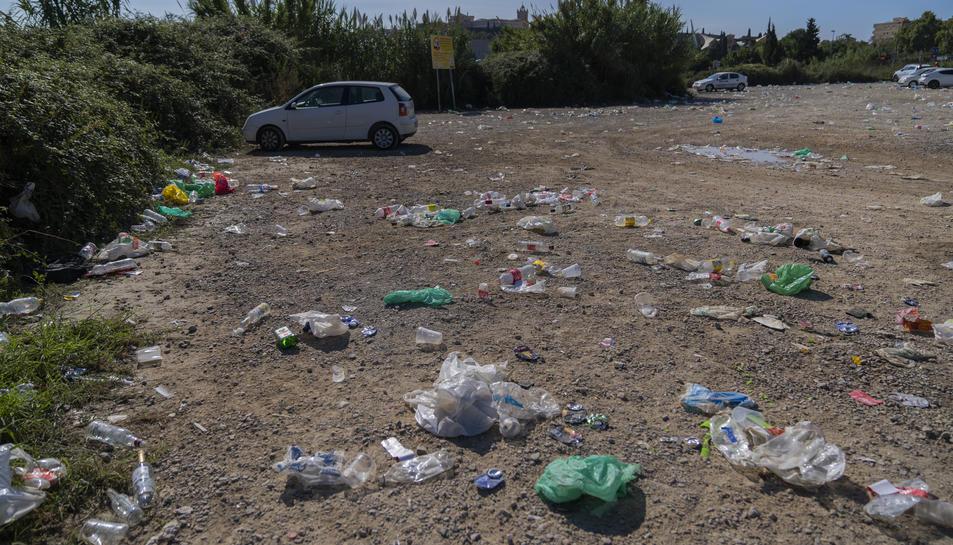 Restes d'ampolles i plàstics que encara quedaven durant el matí d'aquest diumenge.