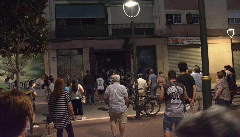 Imatge dels moments de tensió que es va viur entre veïns i ocupes al barri del Pilar.