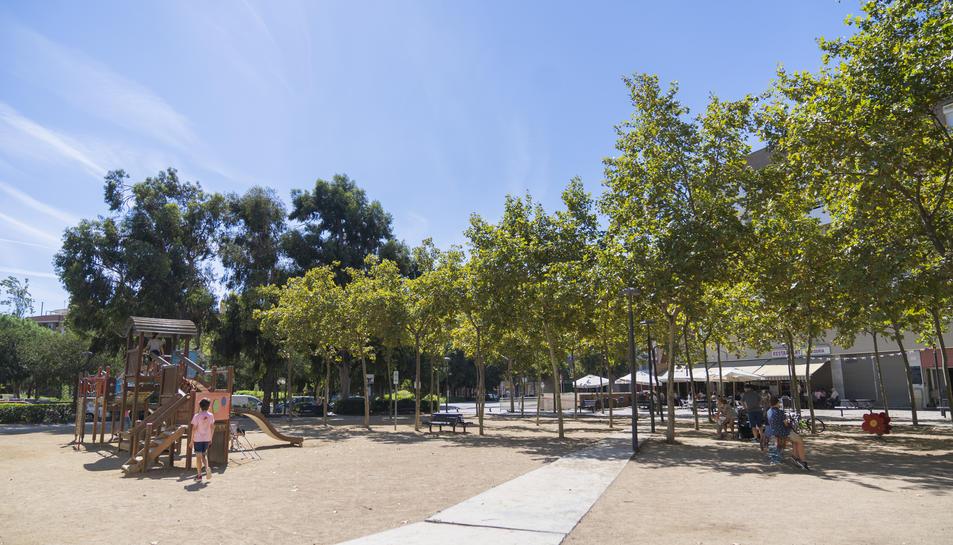 Imatge general de la plaça Antoni Correig i Massó i el parc infantil que serà reformat pròximament.