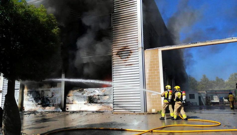 Crema la nau industrial d'un gran basar xinès al polígon de Castelldefels