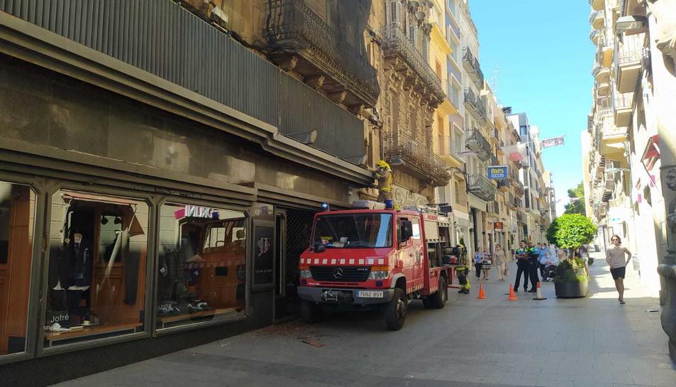 Els Bombers actuen a Reus per un despreniment d'una marquesina amb la fusta podrida