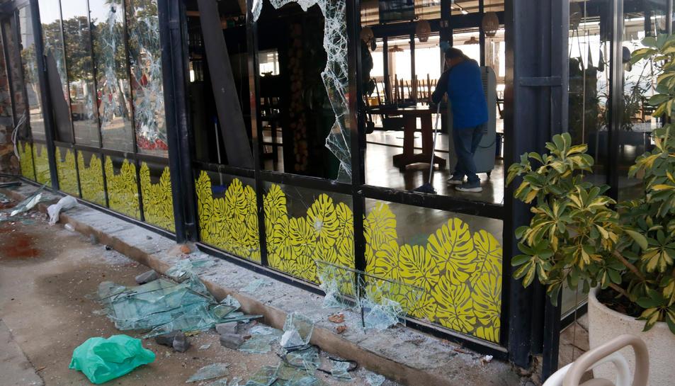 El restaurant Xiroi Ca la Nuri, amb vidres trencats i destrosses visibles.