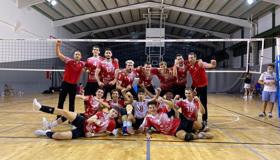 El jugadors i entrenadors cooperativistes celebrant la victòria.