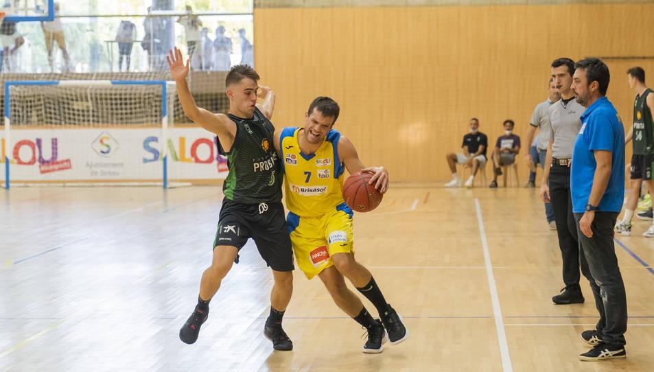 Un moment del CB Salou-Joventut de Lliga Catalana EBA.