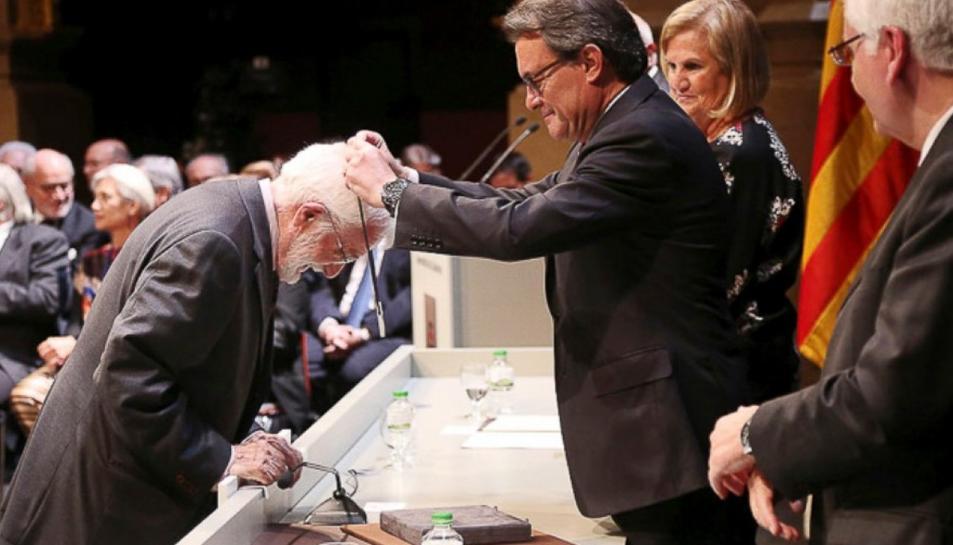 Artur Mas fent entrega de la Creu de Sant Jordi l'any 2015 a Jesús Massip.