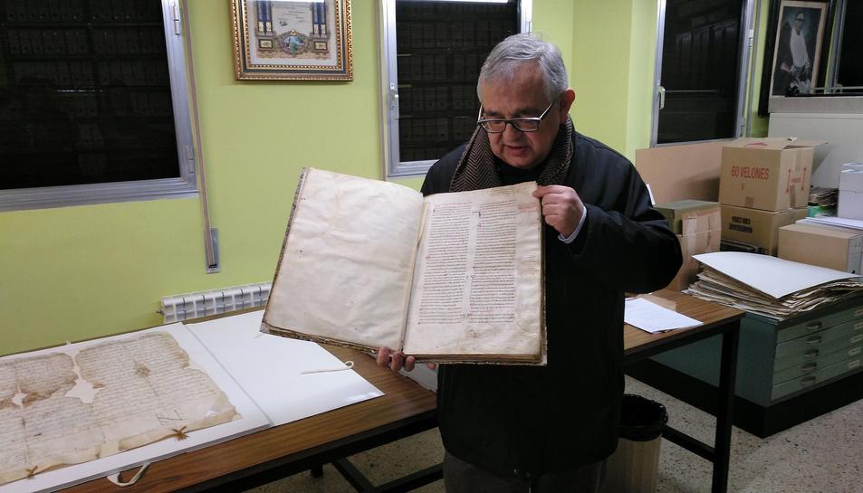 Mossèn Manel Fuentes, amb un escrit antic dipositat a l'arxiu de l'Arquebisbat de Tarragona.