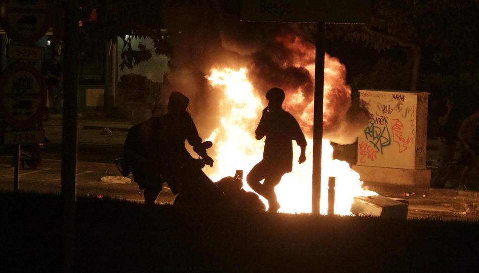 Dos joves cremen una moto durant els aldarulls posterior al botellot del Bogatell.