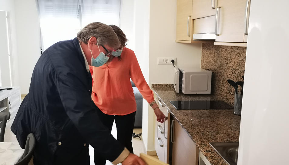 El president del Baix Ebre, Xavier Faura, i la consellera comarcal de Serveis a les Persones, Rosalia Pegueroles, visitant el pis de Tortosa del servei d'acolliment residencial d'urgència.