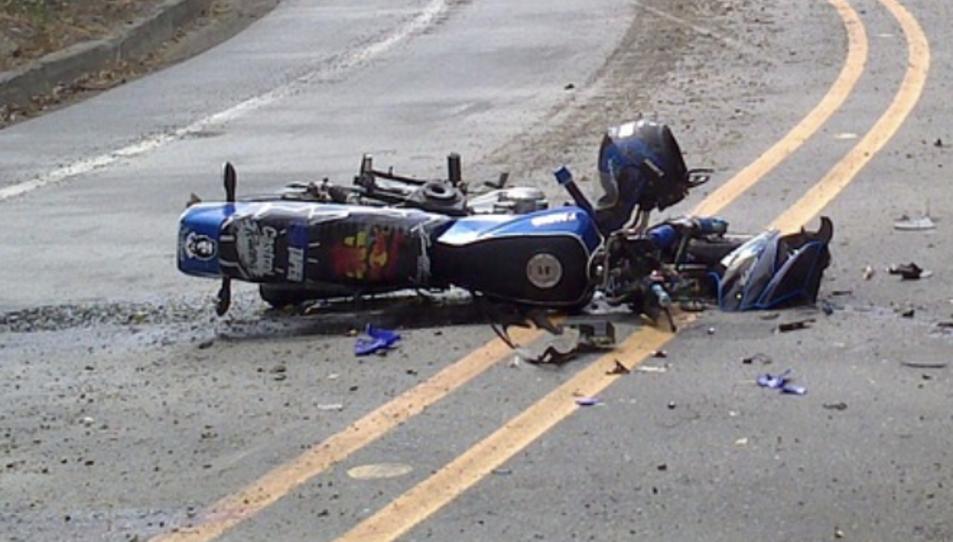 Una moto accidentada en una imatge d'arxiu.