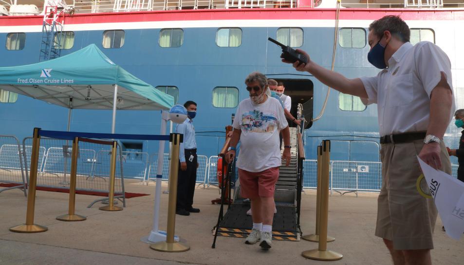 Pla obert dels primers creueristes que baixen del vaixell Bolette de la companyia Fred Olsen Cruise Line.