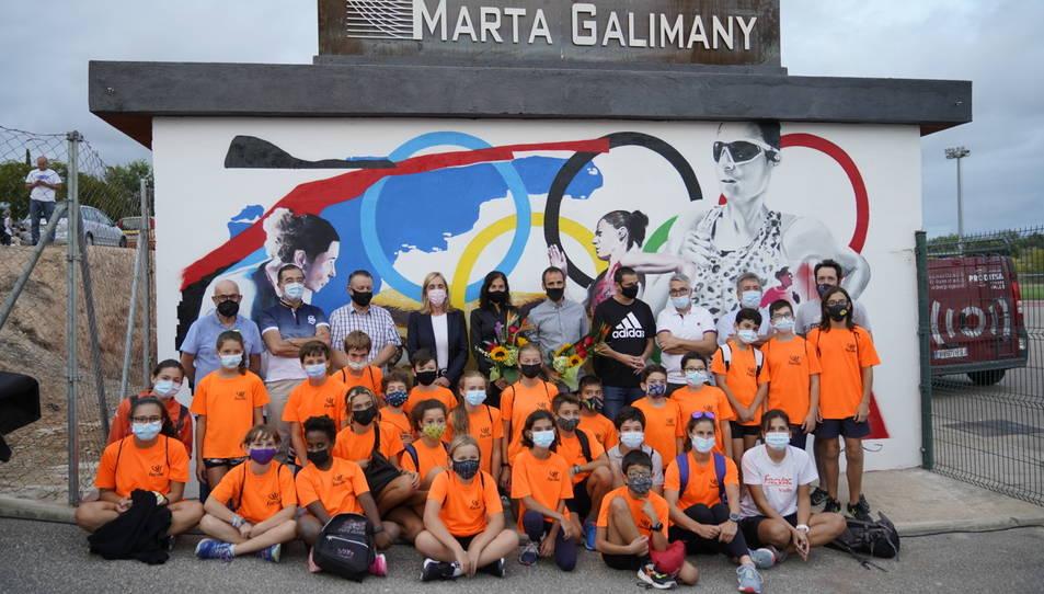 Galimany, al fons de la imatge, amb les autoritats i nens que van assistir a l'acte.