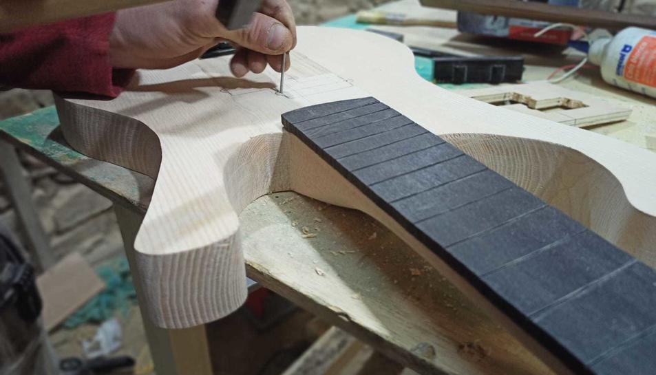 Detall d'un instrument al taller.