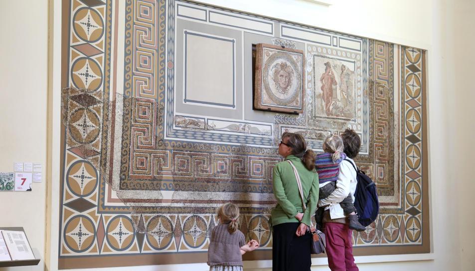 El 'Mosaic de la Medusa' és un dels que es traslladarà de la plaça del Rei a un magatzem per poder continuar amb les obres.