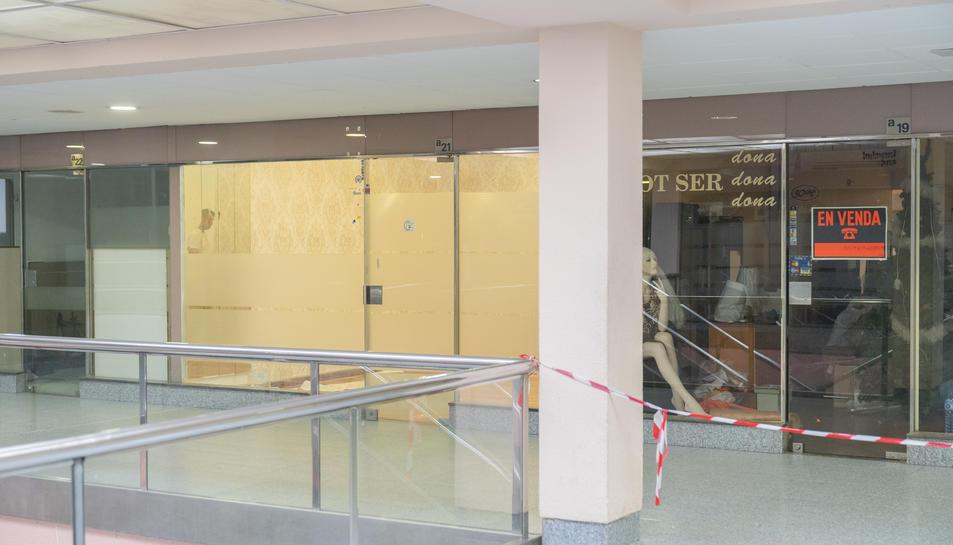 Imatge d'alguns locals tancats al recinte comercial del Bulevard Bus, al carrer Higini Anglès.