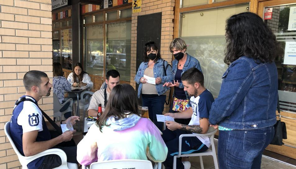 Les regidores Flores, Llauradó i Berasategui donant a conèixer el procés participatiu al Carrilet.