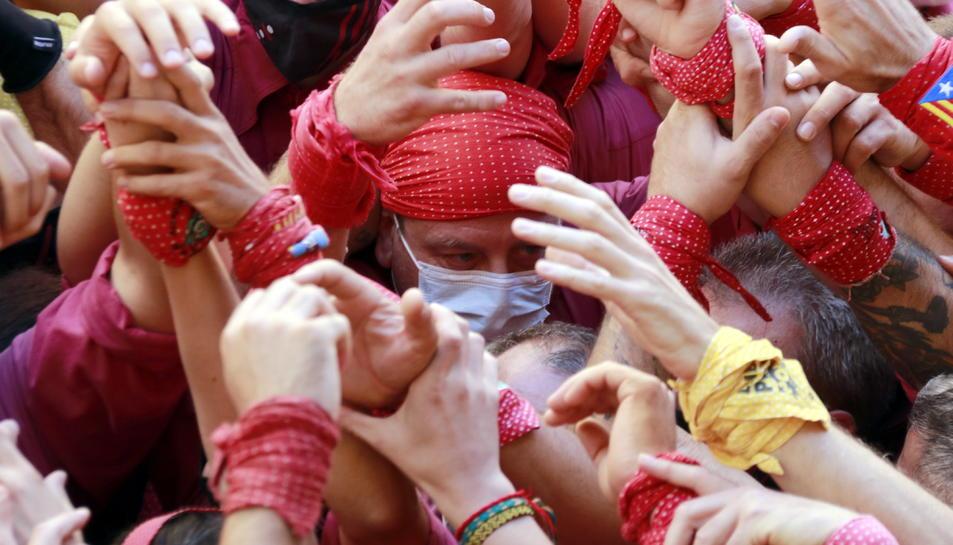 Pla tancat d'un casteller amb mascareta durant la primera actuació dels Castellers de Lleida des de l'inici de la pandèmia.