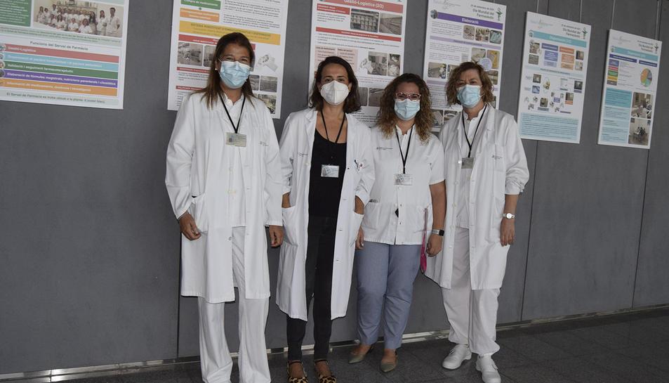 Part de l'equip farmacèutic del centre davant dels plafons.