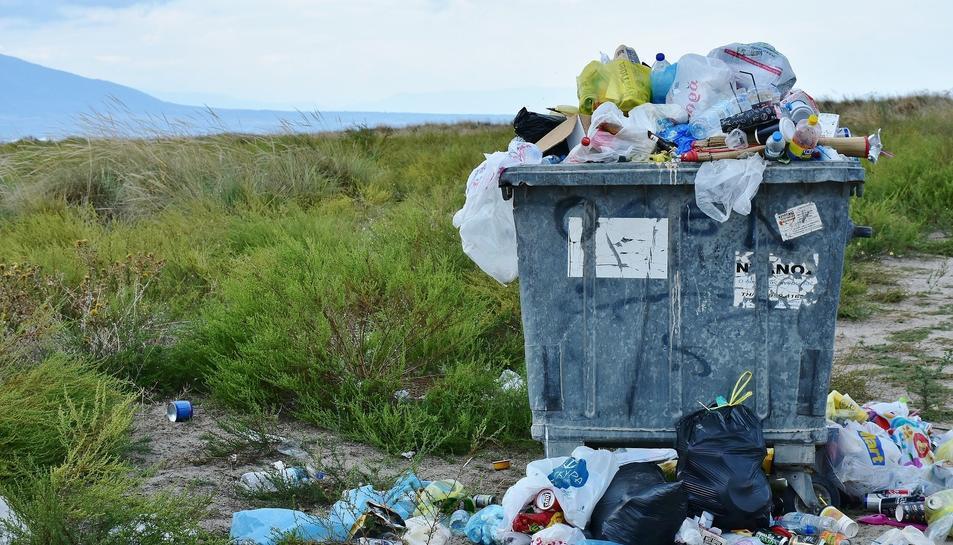 Imatge de recurs d'un contenidor ple de brossa.