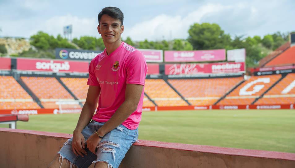 Nil Jiménez, a la zona de Tribuna del Nou Estadi, d'on van sortir bona part dels aplaudiments que va arrencar després de l'actuació de divendres contra l'Alcoyano.