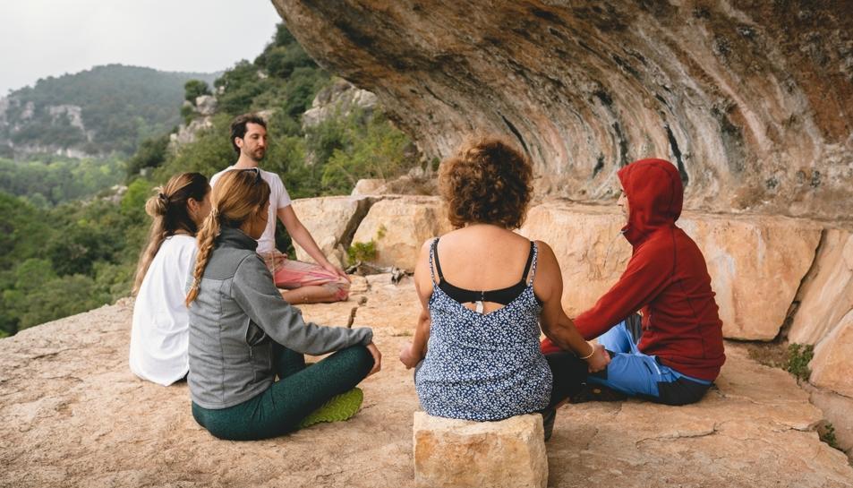 Adrià Cabestany dirigint una sessió a l'aire lliure en el marc del Bosc de Poblet.