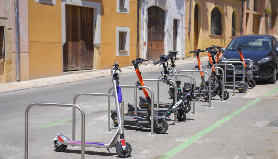 Imatge d'uns patinets elèctrics pel centre de Tarragona.